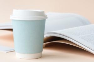 plastik w kubkach na kawe