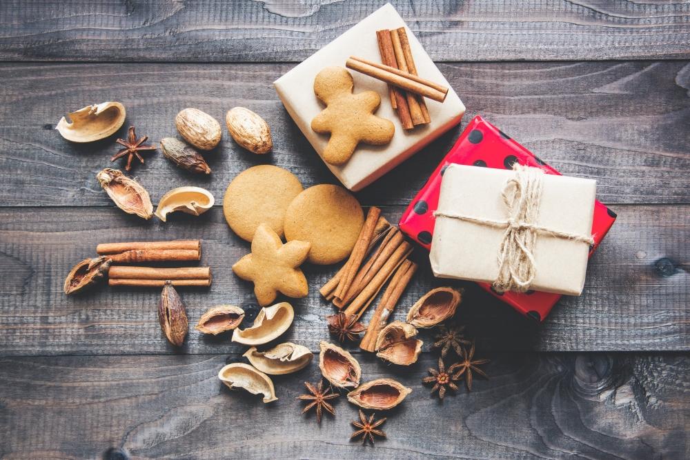święta zero waste zdjęcie pierniczków cynamonu i prezentów